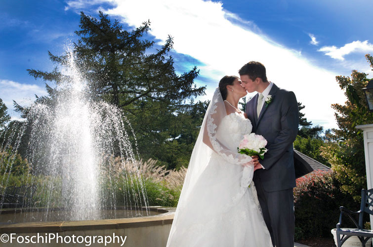 Foschi kiss by the fountain