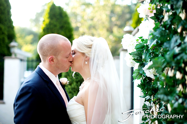 Foschi wedding pink kiss close up