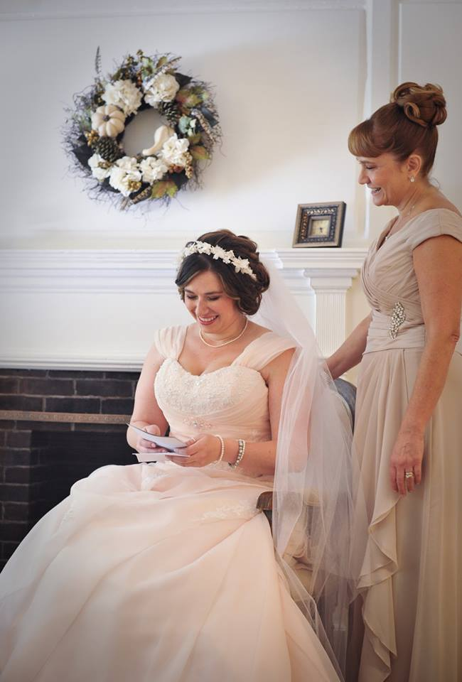 kerry-harrison-knox-bride-and-mother-reading-note