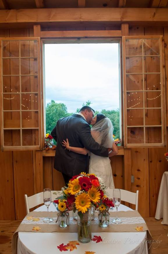 linton-barn-window-kiss-sweetheart-table